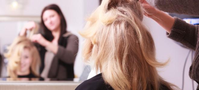 Para diminuir o volume dos cabelos, procure hidratá-los periodicamente no salão. Foto: Shutterstock