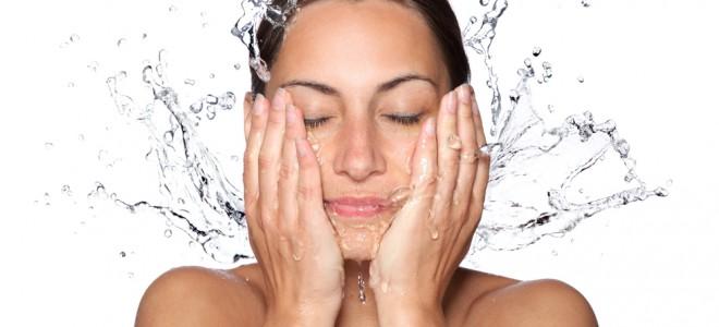 Lave o rosto no máximo duas vezes ao dia, o que evita a maior produção de óleo. Foto: Shutterstock
