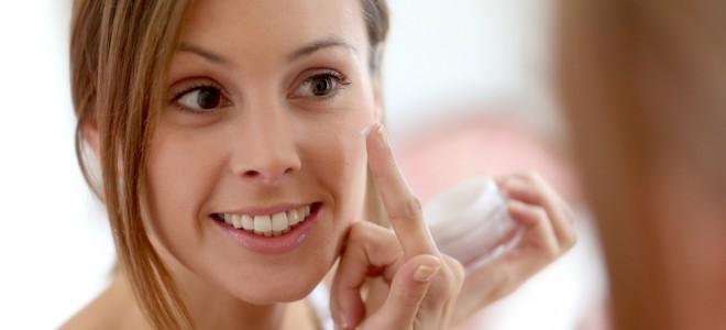 Uso do creme antirrugas de forma precoce aumenta a eficácia e beleza da pele. Foto: Shutterstock