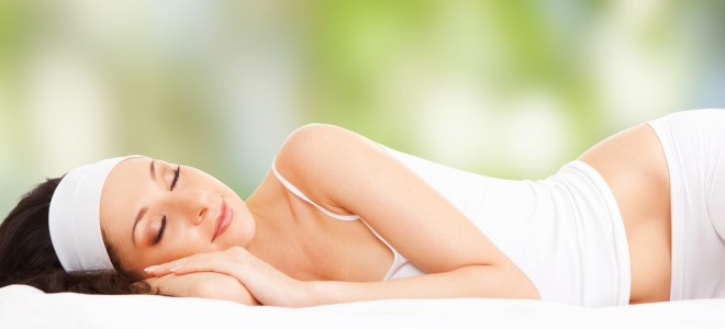 Dormir após almoço melhora o desempenho nas atividades durante o resto do dia. Foto: Shutterstock