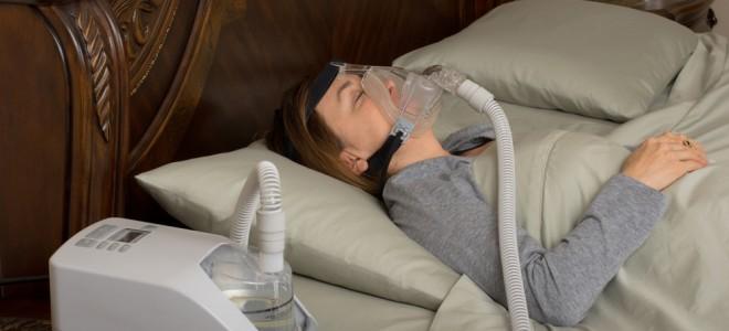 Uso do CPAP é considerado o tratamento padrão para a apneia obstrutiva do sono. Foto: Shutterstock