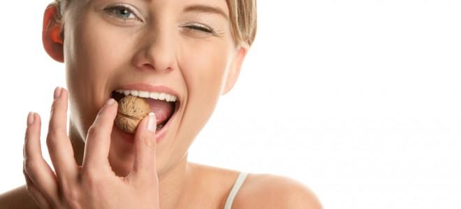 Mastigar alimentos duros sem o devido cuidado pode resultar em dente trincado. Foto: Shutterstock
