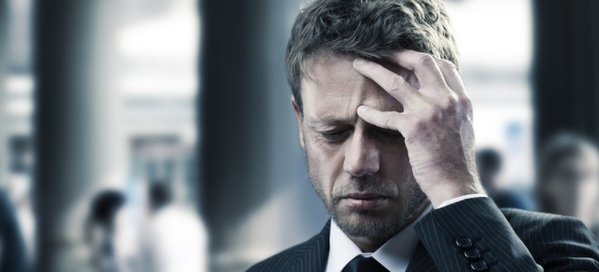 Dores de cabeça, cansaço, tonturas e mal-estar podem sinalizar a hipertensão. Foto: Shutterstock