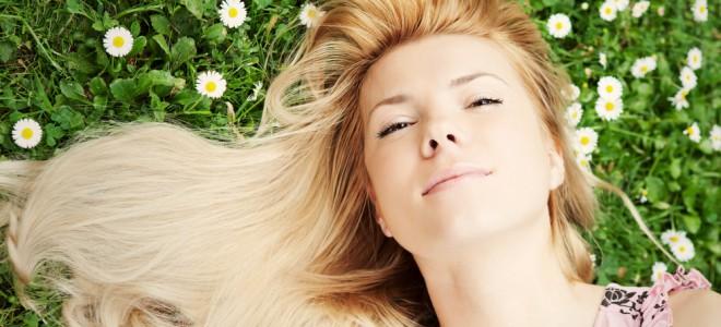 Camomila tem poder adstringente, que reduz a oleosidade do couro cabeludo. Foto: Shutterstock