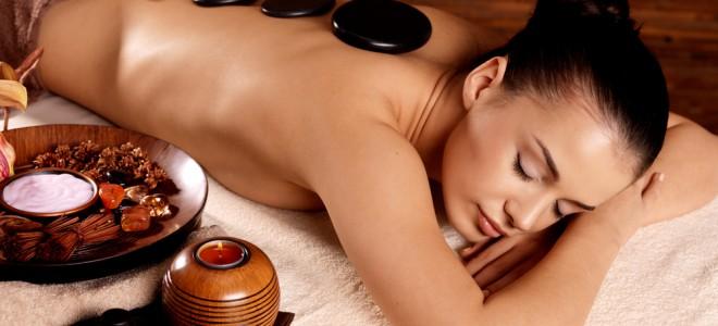 Com poder de relaxamento, massagem com pedras quentes traz benefícios ao corpo. Foto: Shutterstock