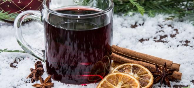 Preparado com cachaça, vinho ou suco de uva, quentão é uma marca do inverno. Foto: Shutterstock