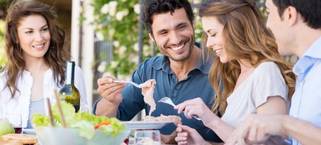 Comer devagar é fazer da refeição um momento prazeroso e que ajuda a emagrecer. Foto: Shutterstock
