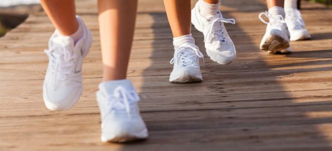 Com vários benefícios, caminhada exige apenas um tênis e roupas confortáveis. Foto: Shutterstock