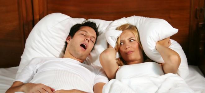 Quem sofre de ronco e de apneia do sono pode elevar a sua pressão arterial. Foto: Shutterstock