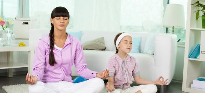 Yoga tem o poder de aproximar pais e filhos e estreitar os laços familiares. Foto: Shutterstock