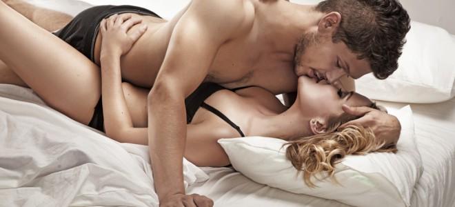 Slow sex propõe longas preliminares entre o casal com carícias e meditação. Foto: Shutterstock