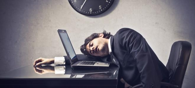 Narcolepsia pode piorar se o indivíduo possui horários de trabalho inadequados. Foto: Shutterstock