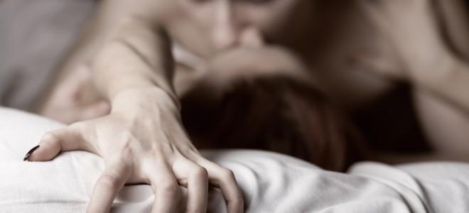 Travesseiro embaixo dos quadris possibilita ângulo perfeito para a penetração. Foto: Shutterstock