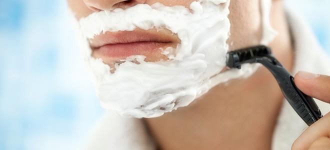 Contra a foliculite, se barbeie após o banho, pois os poros ficam dilatados. Foto: Shutterstock