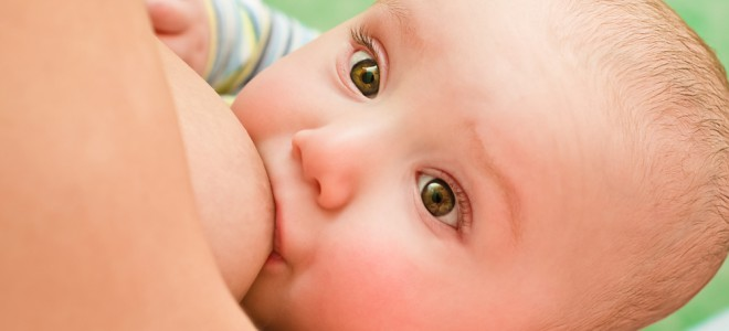 Refluxo em bebês é comum após amamentação, mas pais devem ficar atentos. Foto: Shutterstock