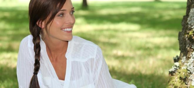 Trança lateral empresta à mulher um ar jovial e também de muita personalidade. Foto: Shutterstock