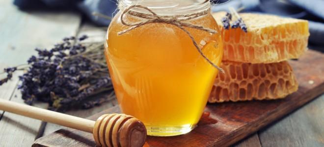 Açúcar e mel integram receita de remédio caseiro para retirar cravos da pele. Foto: Shutterstock