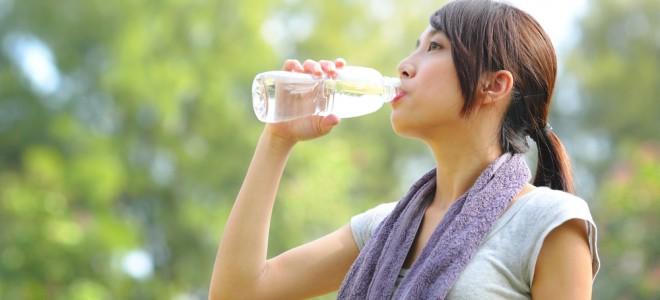 Beber água é uma excelente forma de eliminar as toxinas que formam a celulite. Foto: Shutterstock