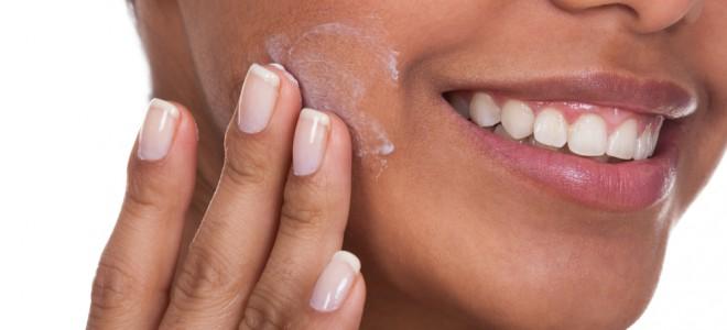 Pele seca pode ser tratada com a aplicação de hidratantes feitos em casa. Foto: Shutterstock