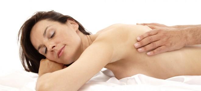 Casais podem inverter papéis e proporcionar prazer um ao outro com a massagem. Foto: Shutterstock