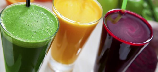 Abuse da criatividade e crie sucos com frutas variadas e vegetais de cor verde. Foto: Shutterstock