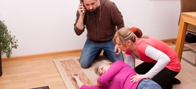 Se a vítima não voltar à consciência, chame o atendimento médico de urgência. Foto: Shutterstock