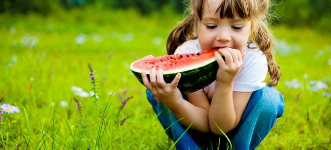 Garanta alimentação adequada ao seu filho para evitar e combater a estomatite. Foto: Shutterstock