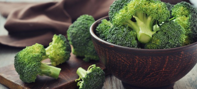 Uma porção de brócolis tem só 30 calorias e ajuda a combater o excesso de peso. Foto: Shutterstock