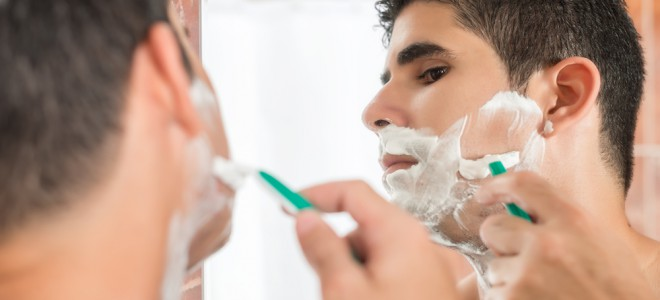 Higienização com um sabonete de limpeza suave é o primeiro passo do barbear. Foto: Shutterstock