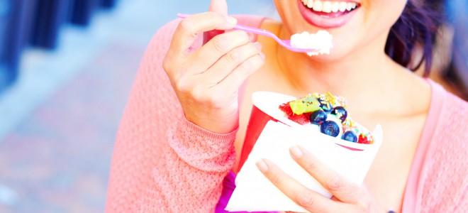 Comer iogurte regula o intestino, emagrece e ainda deixa sua pele mais bonita. Foto: Shutterstock