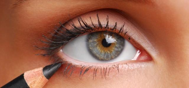 lápis colorido nos olhos