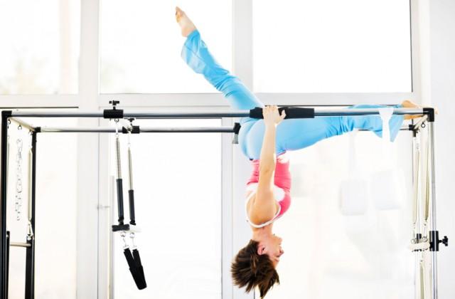Modalidade do pilates usa exercícios da ioga e ajuda a melhorar o equilíbrio.  Foto: iStock, Getty Images