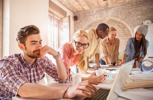 O ambiente do trabalho, por ser o lugar onde se passa a maior parte do tempo, rende flertes. Foto: iStock, Getty Images