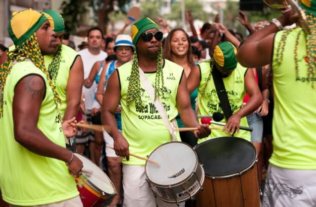 Customizar o abadá é uma forma de se diferenciar na folia dos blocos de Carnaval. Foto: iStock, Getty Images