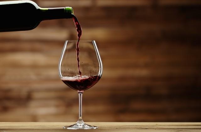Vinho tinto também deve ser ingerido com moderação por quem quer evitar dentes amarelos. Foto: Shutterstock