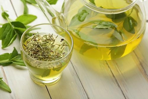 O chá verde é conhecido por seu potencial diurético, combatendo a retenção de líquidos. Foto: Shutterstock