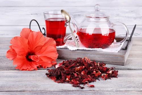Consumo moderado do chá de hibisco no dia a dia pode promover queima de gordura corporal. Foto: Shutterstock