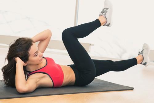 Para fortalecer os músculos oblíquos do abdômen, o abdominal bicicleta é uma boa opção. Foto: Shutterstock