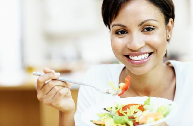 alimentação equilibrada istock getty images mulher com salada