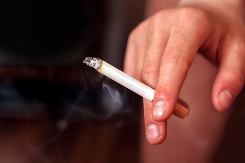 O tabagismo é um hábito que pode afetar a saúde do coração e causar outros problemas. Foto: Shutterstock
