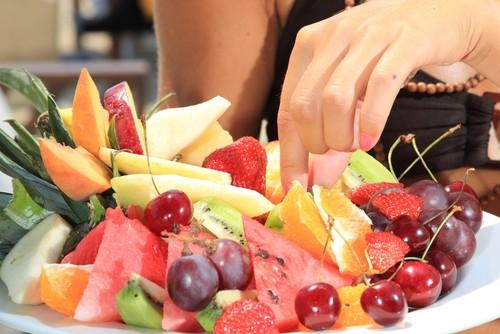 O consumo de frutas no dia a dia ajuda a evitar problemas relacionados à saúde do coração. Foto: Shutterstock