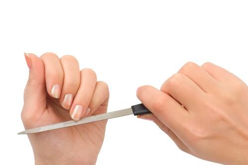 A lixa produzida com metal é mais suave para dar acabamento nas pontas das unhas. Foto: Shutterstock
