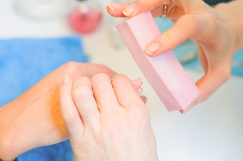 Comum no formato de bloco, a lixa polidora ajuda a deixar a superfície da unha mais lisa. Foto: Shutterstock