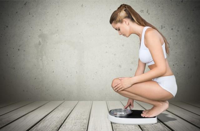 remedio natural para emagrecer Shutterstock doutissima mulher na balança