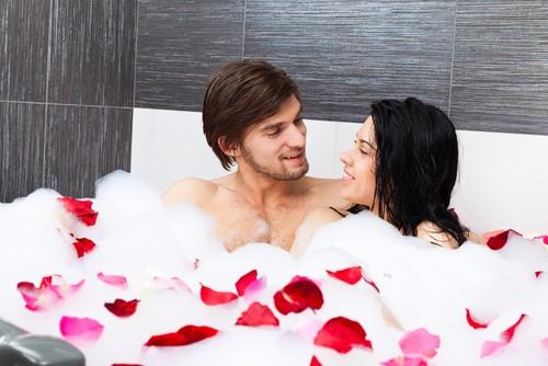 Um banho de banheira quente com o parceiro é uma forma de relaxar e aquecer o corpo. Foto: Shutterstock