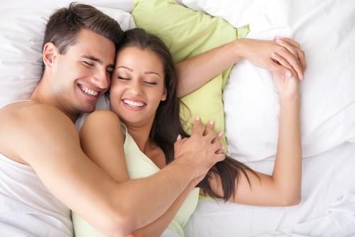 O contato dos corpos age como afrodisíaco e cria o ambiente propício para o sexo. Foto: Shutterstock