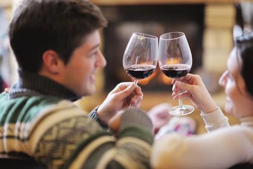 Uma taça de vinho tinto aquece o corpo e pode promover a estimulação sexual do casal. Foto: Shutterstock
