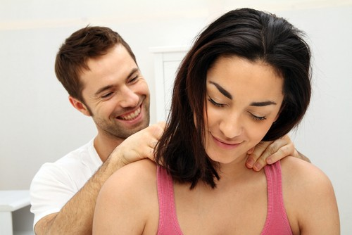 Para criar um clima favorável ao sexo, é possível investir em uma massagem relaxante. Foto: Shutterstock