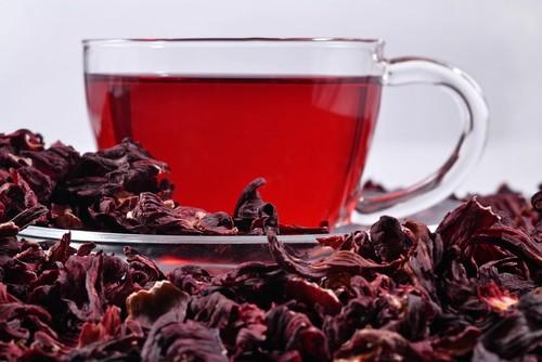 O chá de hibisco é considerado termogênico e pode ajudar na perda de gordura abdominal. Foto: Shutterstock