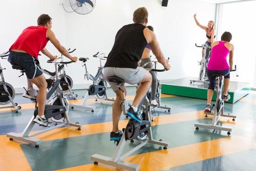 Treinos diversificados de spinning garantem melhora na capacidade física do indivíduo. Foto: Shutterstock
